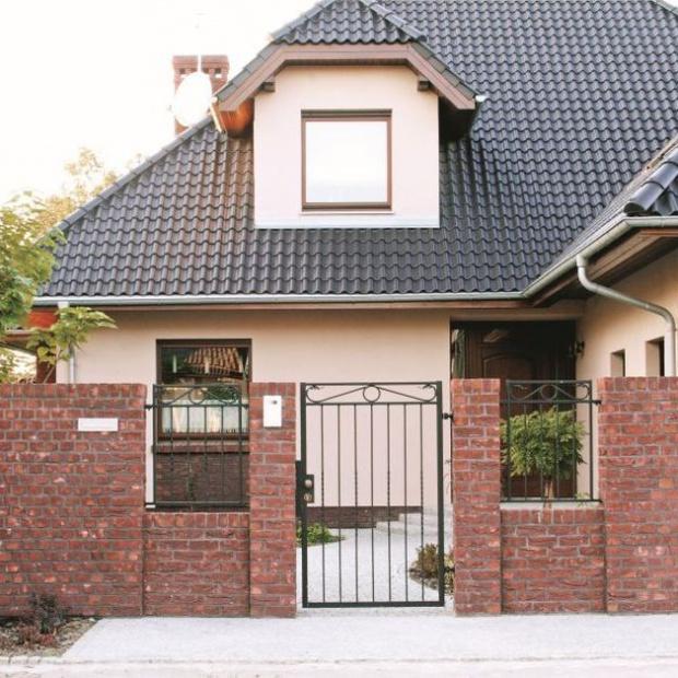 Otoczenie domu - efektownie ogrodzenie z klinkieru