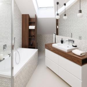 Eleganckie, szkliwione powierzchnie białych płytek  z trójwymiarową fakturą sprawiają, że łazienka prezentuje się niezwykle nowocześnie, a przy tym ciepło i przytulnie. Proj. Jan Sikora. Fot. Bartosz Jarosz