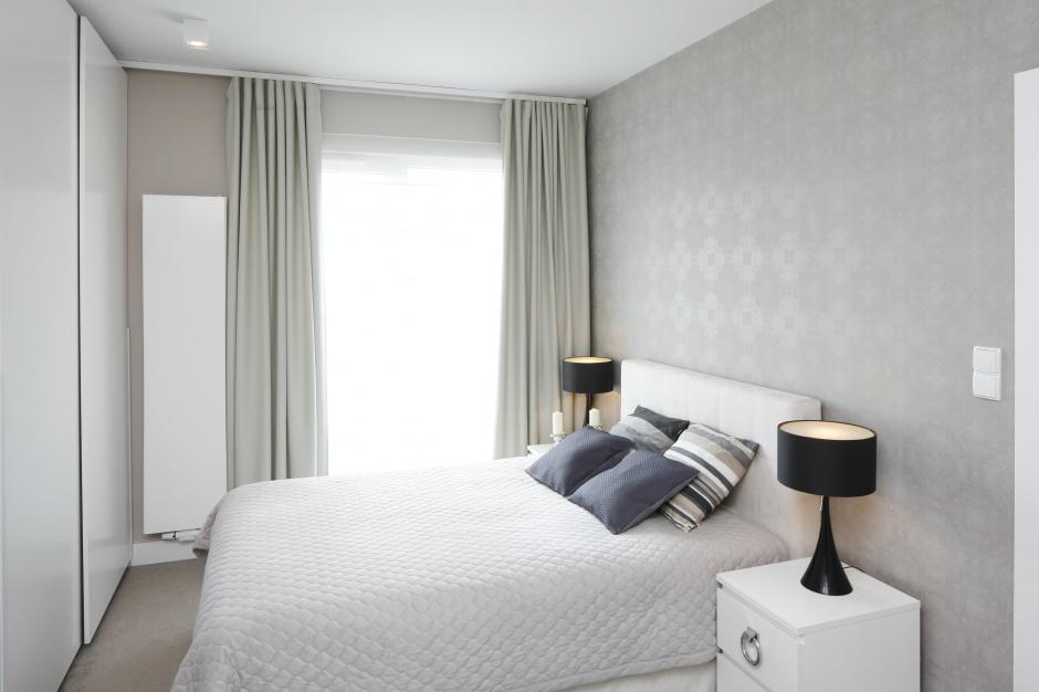 Zwiewne, szare zasłony oraz...  Sypialnia - piękne ...
