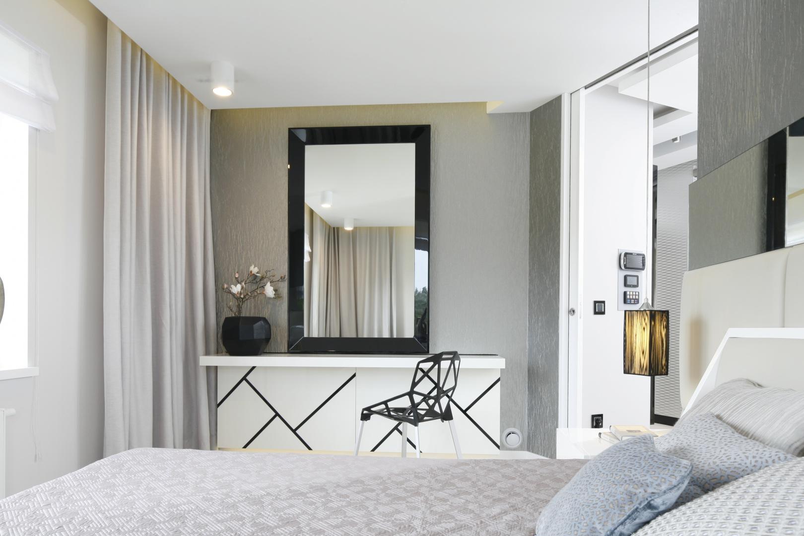 Nowoczesna, jasna sypialnia jest wprost stworzona do relaksu. Projekt: Agnieszka Hajdas-Obajtek. Fot. Bartosz Jarosz