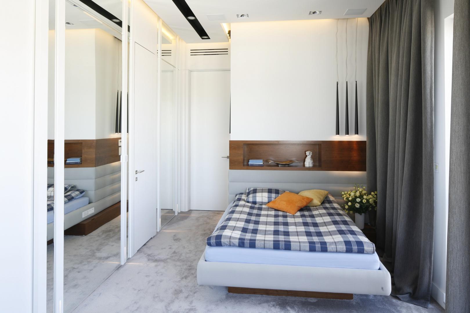 Sypialnia w stylu skandynawskim jest idealnym miejscem do odpoczynku od pracy i upałów. Projekt: Monika i Adam Bronikowscy. Fot. Bartosz Jarosz