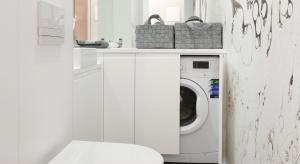 W większości polskich domów miejsce pralki jest w łazience. Jak urządzić łazienkę z pralką wygodnie i estetycznie? Zobaczcie pomysły projektantów.