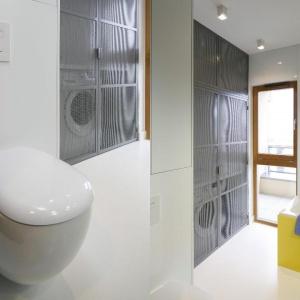 W łazience w stylu industrialnym pralka została umieszczona we wnęce zamkniętej metalową siatką. Projekt: Monika i Adam Bronikowscy. Fot. Bartosz Jarosz