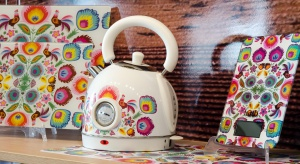 Barwne ludowe wzory dodają energii i charakteru, i do żadnego wnętrza nie pasują tak dobrze jak do kuchni. Zobacz, jak stworzyć nowoczesny wystrój w ludowym stylu.
