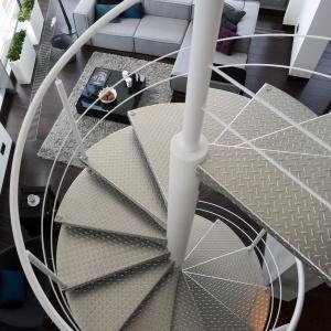 Z poziomu schodów można patrzeć na salon. Projekt: Justyna Smolec. Fot. Bartosz Jarosz