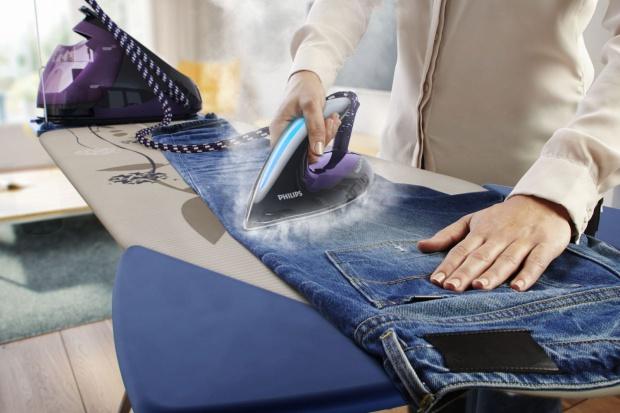Prasowanie ubrań jest czynnością nie tylko pracochłonną, ale potencjalnie może niszczyć ubrania. Warto zainwestować w sprzęt, który nim zapobiegnie.