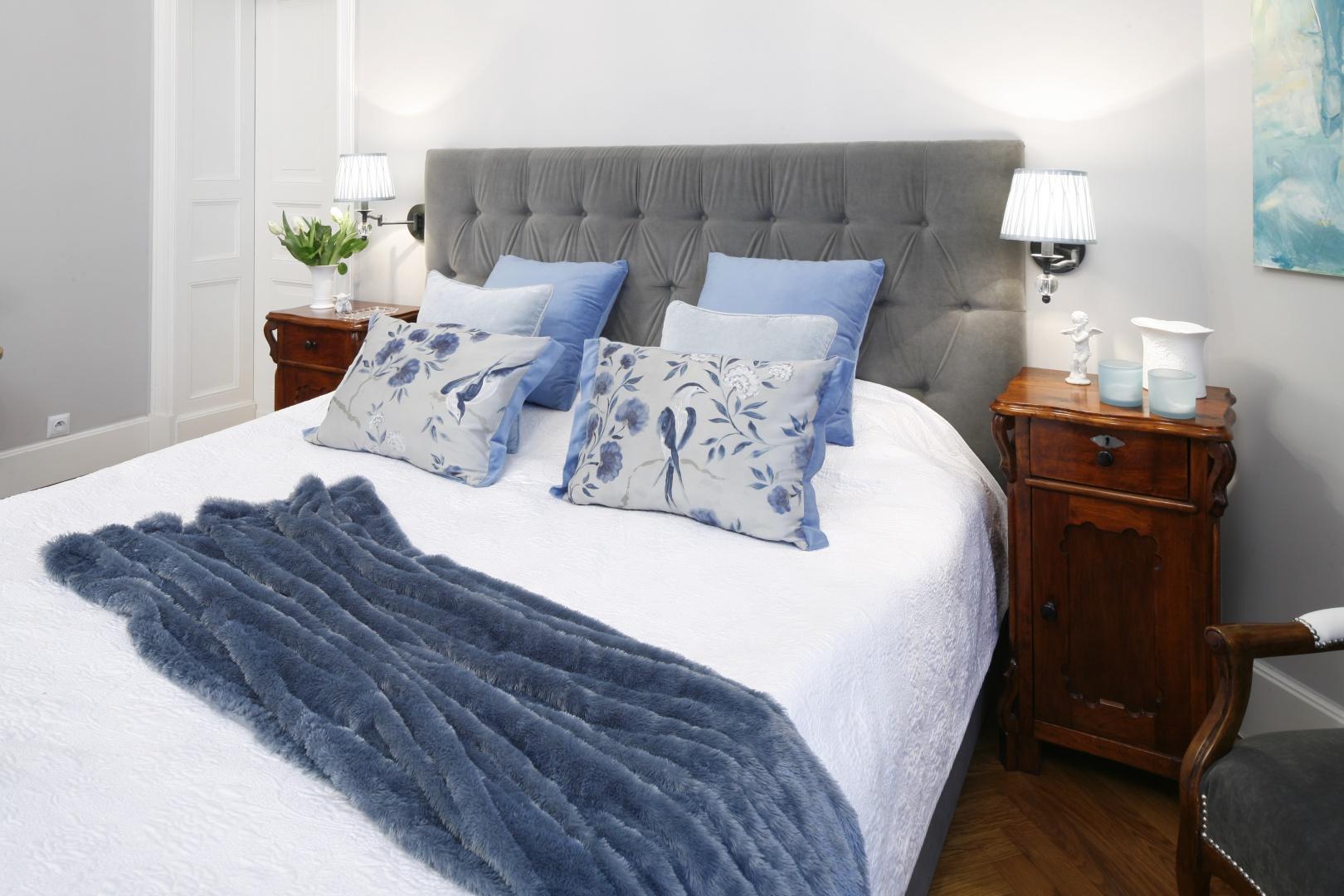 Sypialnia urządzona klasycznie: miękkie tkaniny i drewniane meble dodają przytulności. Projekt: Iwona Kurkowska. Fot. Bartosz Jarosz