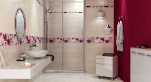 Motywy kwiatowe we wnętrzach sprawdzą się nie tylko w salonach czy sypialniach w postaci wzorzystych tekstyliów, ale również w aranżacji łazienki.