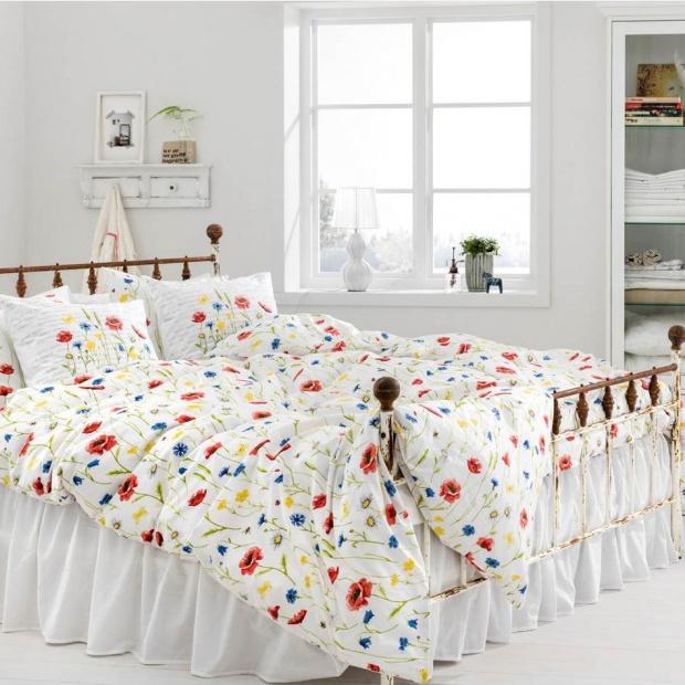 Lato w sypialni - pościel z kwiatowymi nadrukami