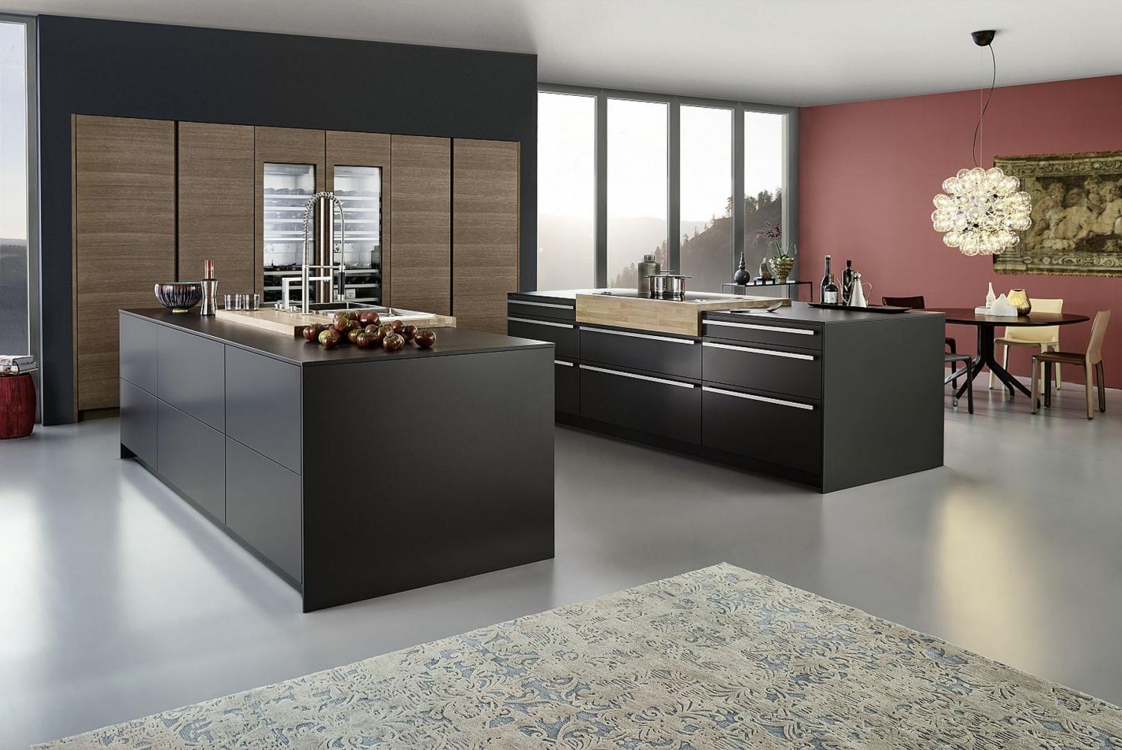 Kuchnia BONDI|TOPOS to geometryczna symetria i czyste linie ubrane w dwa kolory: grafit w wysokim macie i przyjemną barwę naturalnego dębowego forniru. Leicht Küchen