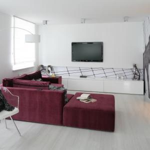 Przestrzenna zabudowa z lakierowanego białego MFD-u stanowi wykończenie ściany za telewizorem. Poniżej tapeta z graficznym wzorem dodaje dynamiki. Projekt: Anna Maria Sokołowska. Fot. Bartosz Jarosz