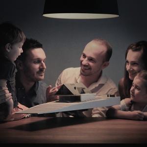 Małopolska Chata Podcieniowa to dom dla czteroosobowej rodziny, który czerpie inspiracje z tradycyjnej, drewnianej architektury podcieniowej. Na zdjęciu przyszli mieszkańcy domu. Fot. BXBstudio Bogusław Barnaś
