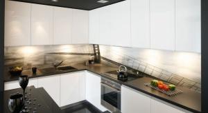 Ściana nad blatem to miejsce, które warto w szczególny sposób wyeksponować. Ładnie udekorowana ożywi przestrzeń kuchni, stając się ciekawym elementem aranżacyjnym całej przestrzeni.