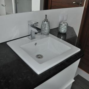 Blat łazienkowy granit Matrix. Fot. Grupa EGA