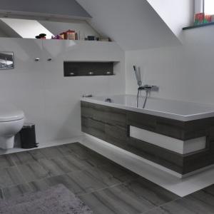 Łazienka: obudowa wanny i posadzka granit Zebra Gray. Fot. Grupa EGA
