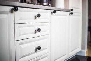 Jasne szafki kuchenne wykonane na zamówienie oraz ciemne blaty