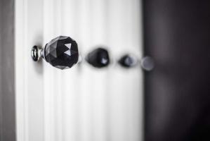 Uchwyty w formie czarnofioletowych, diamentowych gałek