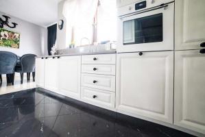 Piękne meble kuchenne na wymiar, które nie tylko tworzą aranżację wnętrza, ale też są funkcjonalne i wyposażone w nowoczesne rozwiązania