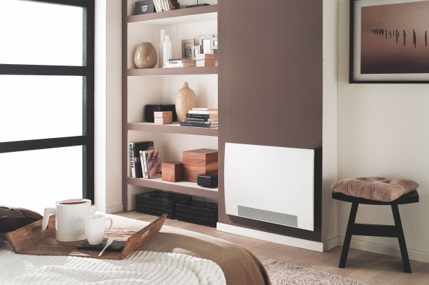 Dynamiczny grzejnik rewersyjny podłączony jest do pompy ciepła, dzięki czemu, podczas upalnych dni, może chłodzić pomieszczenie.