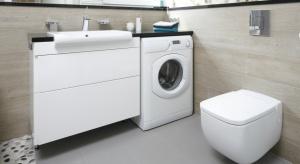 Pralka jest niezbędnym sprzętem w każdym domu, a najczęściej zajmuje miejsce w łazience.Zobaczcie, jak wygospodarować na nią przestrzeń.