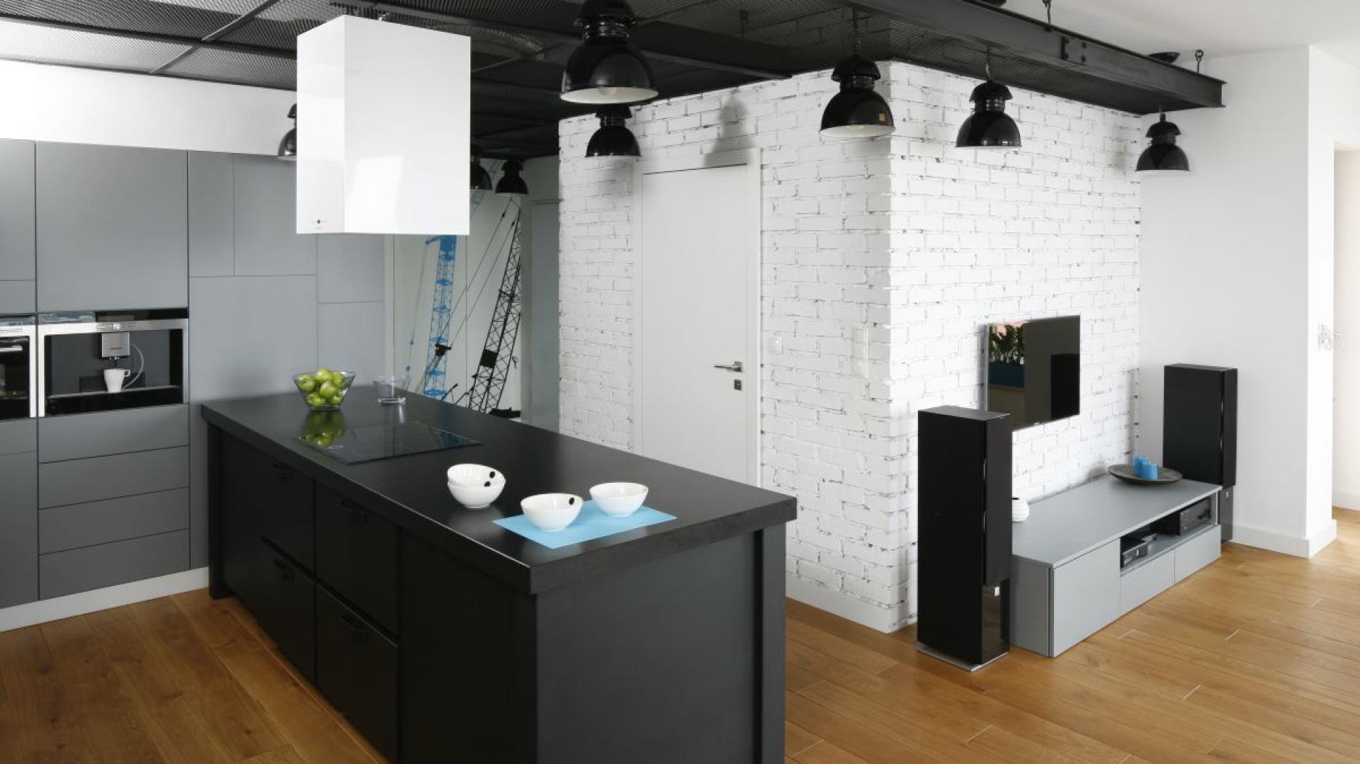 Połączenie kuchni z pokojem dziennym powoduje, że pracując w kuchni, możemy obserwować, co dzieje się tuż obok. Proj. wnętrza Monika i Adam Bronikowscy, Hola Design. Fot. Bartosz Jarosz.