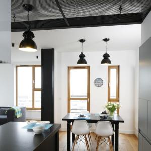 Połączenie kuchni z jadalnią pozwala zaoszczędzić przestrzeń. Proj. wnętrza Monika i Adam Bronikowscy, Hola Design. Fot. Bartosz Jarosz.