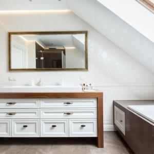 Klasyczne inspiracje są widoczne także w aranżacji łazienki pani i pana domu.