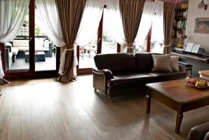 Pokój dzienny dla miłośników klasycznego stylu. Projekt i zdjęcia: We-ska design.