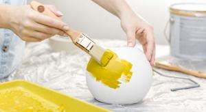 Tradycyjna lampa umieszczona w centrum sufitu już dawno odeszła do lamusa. Dziś, możliwość dowolnego malowania metodą DIY daje oprawa gipsowa.