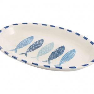 """Salaterka owalna """"Isla"""", 40x28 cm. Ceramiczna salaterka włoskiej marki Galileo Spa, z pięcioma stylizowanymi rybami na dnie, wniesie do aranżacji stołu morski klimat. Stanowiące kwintesencję włoskiej elegancji wyroby firmy w doskonały sposób łączą walory praktyczne i estetyczne. To doskonały pomysł na zaserwowanie letniej sałatki. Cena: 99 zł, fot. Westwing.pl"""