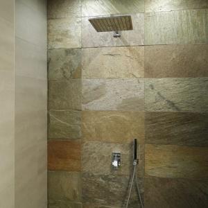 Prysznic otwarty  z deszczownicą, wnęka wykończona  została naturalnym kamieniem. Projekt: Piotr Stanisz. Fot. Bartosz Jarosz