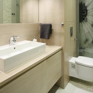Prysznic we wnęce: drzwi otwierają się do środka, na ścianie za prysznicem efektowna fototapeta. Projekt: Małgorzata Galewska. Fot. Bartosz Jarosz