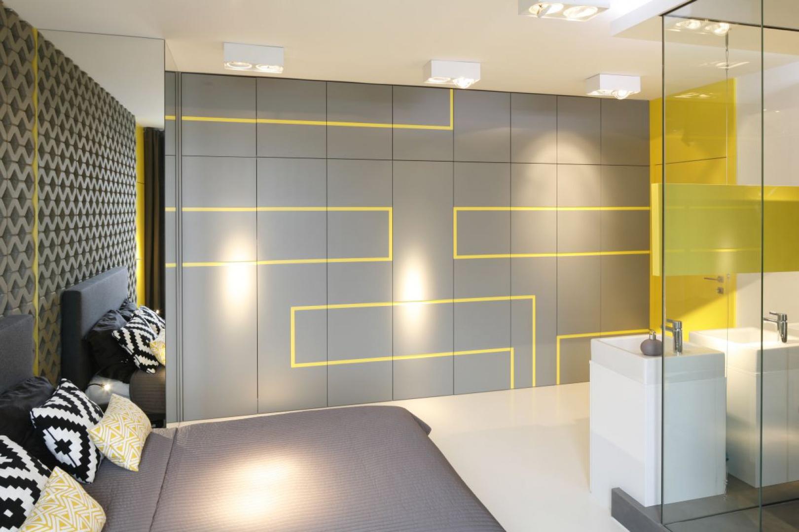 Na dużej szarej szafie projektanci umieścili żółte motywy w celu stworzenia harmonijnej całości. Proj. wnętrza Monika i Adam Bronikowscy, Hola Design. Fot. Bartosz Jarosz.