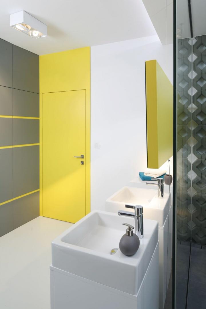 Tuż przed prysznicem umiescowione zostały trzy designerskie umywalki. Proj. wnętrza Monika i Adam Bronikowscy, Hola Design. Fot. Bartosz Jarosz.