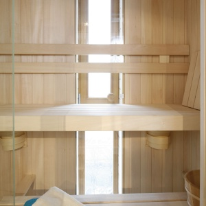W saunie umiejscowiono okno z widokiem na miasto. Proj. wnętrza Monika i Adam Bronikowscy, Hola Design. Fot. Bartosz Jarosz.