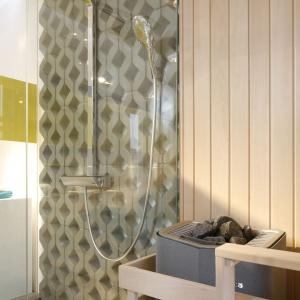 Na ścianie z ażurowych płyt betonowych zamontowano baterię prysznicową. Proj. wnętrza Monika i Adam Bronikowscy, Hola Design. Fot. Bartosz Jarosz.