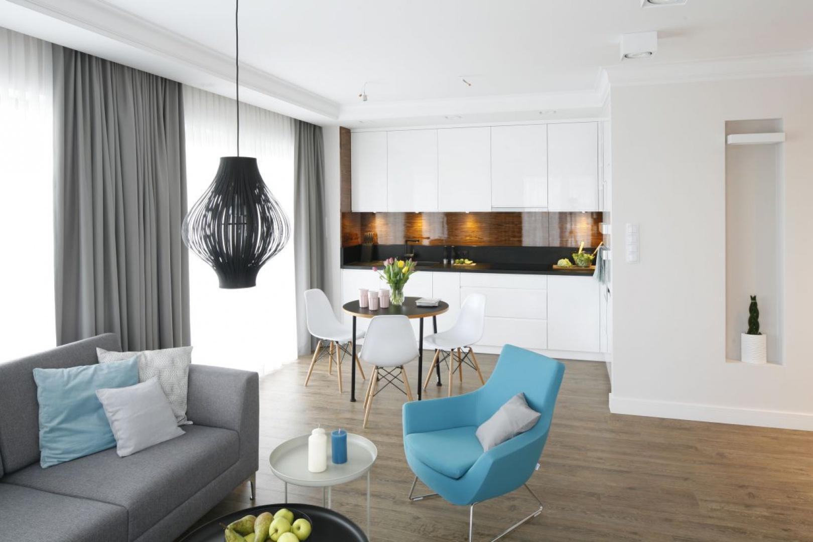 Mieszkanie zgodnie z intencją inwestorów jest urządzone funkcjonalnie i nowocześnie. Proj. Małgorzata Galewska. Fot. Bartosz Jarosz