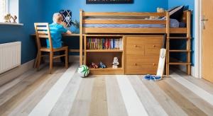 Czasami do stworzenia ciekawej aranżacji wnętrza potrzebny jest tylko dobry pomysł. Tak było w przypadku tego dziecięcego pokoju. Właściciele mieszkania zdecydowali się na użycie kilku wzorów jednej podłogi.