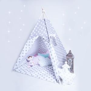 Tipi w biało-szare gwiazdki. W zestawie: namiot tipi z okienkiem, 4 kije, bawełniana torba na tipi. 349 zł, DaWanda.pl / tipi.tu.