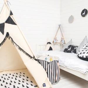 Tipi indiańskie z serii Basic Black to idealne miejsce do zabawy. W zestawie: tipi, girlanda, pokrowiec na namiot, 4 sosnowe kije. 339 zł, Cozy Dots.