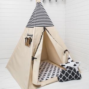 Namiot tipi Black & White. to połączenie podstawowych i minimalistycznych kolorów i wzorów. Góra namiotu obszyta jest bawełną w czarno-białe paski a wejście do namiotu ozdobione jest czarną taśmą z pomponami. W zestawie: tipi, pokrowiec na namiot, 4 sosnowe kije. 339 zł, Cozy Dots