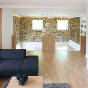 Ozdoba salon o wysokości dwóch kondygnacji jest odkryty podczas remontu kamień, z którego wzniesiono budynek.  Projekt: Małgorzata Błaszczak. Fot. Bartosz Jarosz