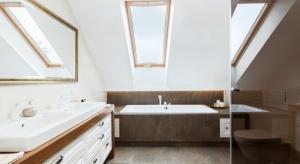 Położone na poddaszu wnętrze to dwuosobowa łazienka pani i pana domu. Jest to przestrzeń, w której można się zrelaksować, odpocząć od codziennego zgiełku, ale też wziąć szybki prysznic.