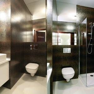 Dzięki dobremu rozplanowaniu przestrzeni w łazience zmieściła się kwadratowa kabina prysznicowa - model narożny. Proj. Małgorzata Brewczyńska. Fot. Bartosz Jarosz