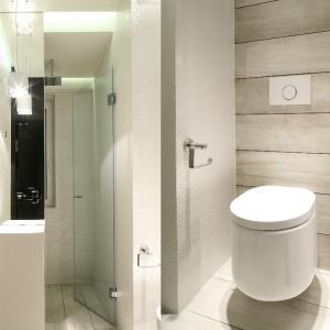 W tej łazience zastosowano bardzo ciekawe i praktyczne rozwiązanie. Prysznic znajduje się za... lustrem, które stanowi jednocześnie ściankę oddzielająca prysznic od reszty łazienki. Proj. Dominik Respondek. Fot. Bartosz Jarosz