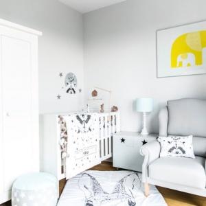 Autorka bloga www.modelsoutfit.pl, Katarzyna Wietecha, która zaprojektowała pokój, postawiła na białe ściany i białe meble polskiej marki Pinio.