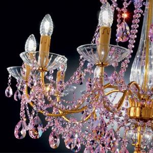 Fragment ogromnego żyrandola King  ekskluzywnej marki Miniluce. Dekorują  go elementy ze szkła Murano oraz  kryształki Swarovskiego. Fot. Heban