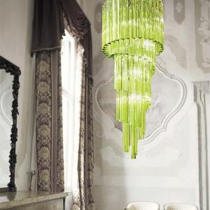 Monumentalny żyrandol 704/40 marki  Italamp wykonany ze spiralnie zawieszonych elementów z zielonego szkła.  Wysokość żyrandola to 90 cm. Fot. Heban