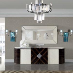 Salon według marki Tomas & Saez. Istotnym jego elementem jest wspaniały żyrandol i kinkiety ze szkła kryształowego. Fot. Heban