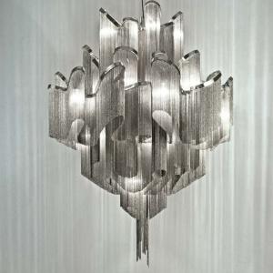 Przypominająca kaskady strumyczków lampa z kolekcji Stream marki Terzani. Zbudowana jest z drobnych metalowych łańcuszków. Średnica oprawy wynosi 80 lub 110 cm. Fot. Heban